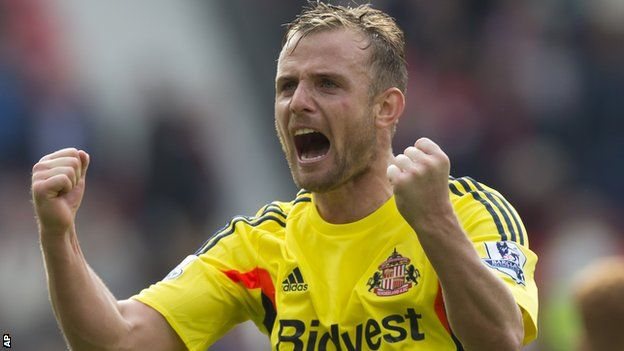 Lee Cattermole celebrates as Sunderland beat Manchester United 1-0 at Old Trafford.