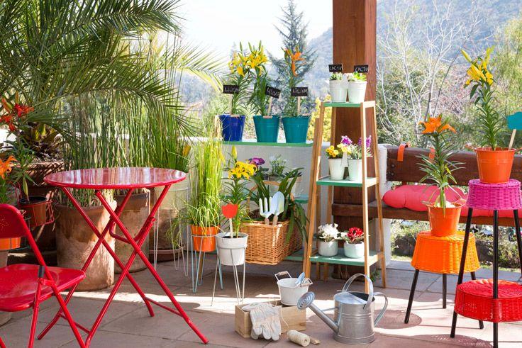En los sábados primaverales, disfruta de tu terraza a cualquier hora del día. Llénala de estilo con maceteros de colores y complementos originales. Acá te dejamos una excelente idea. Verano 2016