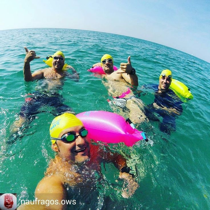 with @Naufragos in Barcelona Spain . .Día para pasear por el mar la temperatura del agua es la perfecta!! Yo no saldría pero... hay una vida fuera del mar. #openwaterswimming #openwater #nadar #sea #newwaveswimbuoy #nadarconamigos