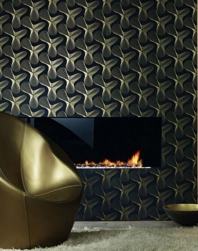 un papier peint de luxe bleu foncé aux motifs géométriques dorés Verve