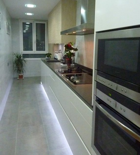 Con iluminación a lo largo del zócalo llenaremos el suelo de luz, haciendo que la cocina parezca más grande.