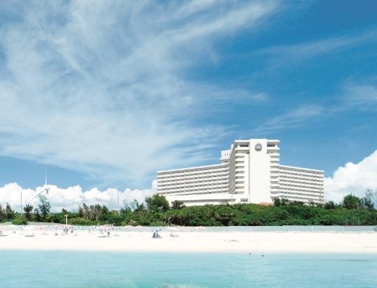 沖縄本島最大の礁池にある残波(さんば)ビーチ。