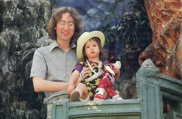 Cool Color Photos of John Lennon and his son Sean Lennon traveling to Hong Kong in 1977 - https://www.thevintagenews.com/2015/07/06/cool-color-photos-of-john-lennon-and-his-son-sean-lennon-traveling-to-hong-kong-in-1977/