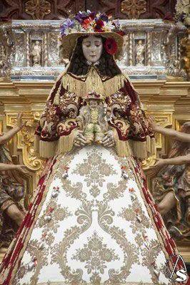 Vestidos de la Virgen María, la Virgen del Rocío vestida de pastora / The Virgin of El Rocio, Virgin dressed as a shepherdess. http://www.articulosreligiososbrabander.es/mantos-para-imagenes-religiosas/ #ElRocio #VirginofElRocio #VirgendelRocio #VestidodePastora
