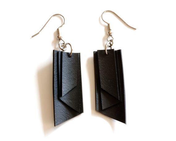 Ces boucles doreilles uniques sont faits de caoutchouc noir provenant de chambres à air vélo ! Le caoutchouc est un matériau merveilleusement polyvalent à utiliser, flexible, léger et durable. Ils ont lapparence du cuir, mais ils sont un grand respectueux de lenvironnement (et végétalien!) alternatifs. Linspiration derrière cette paire géométrique les boucles doreilles est un triple pendaison conception de drapeau. Jai utilisé des fils de hypo allergénique oreille en acier chirurgical…
