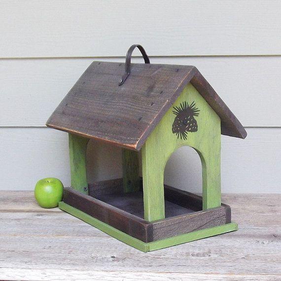 Diese rustikale Vogelhäuschen wird aus aufgearbeiteten Zeder Zaun Bretter hergestellt. Die Lime grün und grau primitiven Feeder ist abgedeckt, um die Grundlagen trocken zu halten. Die offene lädt die Vögel (und wahrscheinlich die Eichhörnchen, auch!) Es wird mit recyceltem Hardware getrimmt und für Wetterbeständigkeit behandelt worden. Er misst 16 1/2 breit, hohe 15 und 11 Tiefe. Danke, dass du auf der Suche! Um mehr von diesen Shop zu sehen, klicken Sie hier: https://www.etsy....