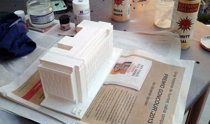 En proceso de pintado con pintura acrílica sobre una capa de imprimación (material usado ABS Blanco): Encargo de la maqueta del edificio de la Calle de Mejia Lequerica nº 10 en Madrid por encargo del estudio de arquitectura: Laboratorio de Arquitectura.