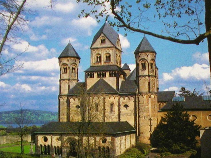 Die Benediktiner Abtei Maria Laach ist eine hochmittelalterliche Klosteranlage. Sie ist an der Südwestseite des Laacher Sees gelegen, vier Kilometer nördlich von Mendig in der Eifel, und gehört zu der Ortsgemeinde Glees. Adresse: Maria Laach, 56653 Glees Baubeginn: 1093 Eröffnet: 1156 Baustil: Romanik