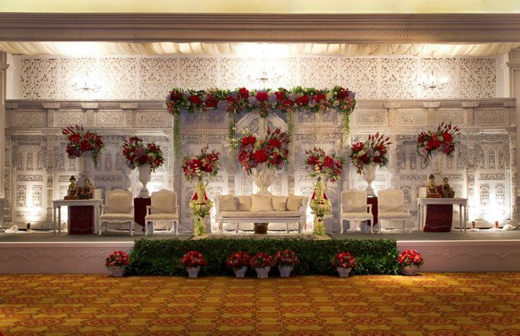 #pelaminan #jawa #klasik #putih #mawarprada #decor #pernikahan #wedding #decoration #jwmarriot #jakarta more info: T.0817 015 0406 E. info@mawarprada.com www.mawarprada.com