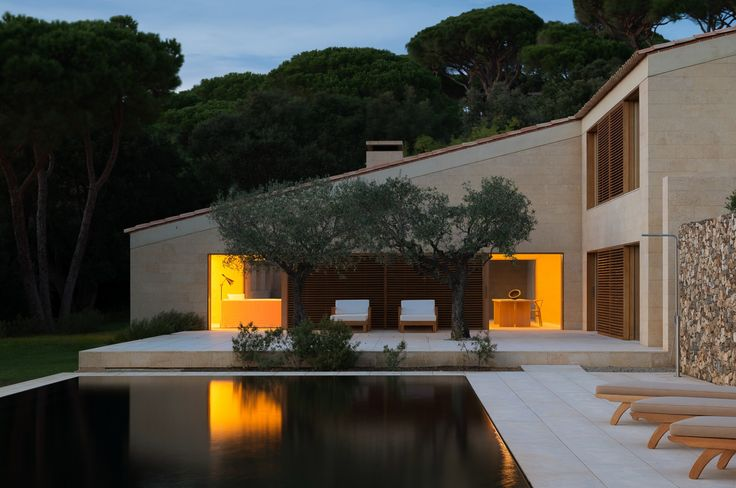 This property on the highly sought-after domain of Les Parcs de St-Tropez, east of the commune of Saint-Tropez, is the work of renowned British designer John Pawson. Vicenza stone, solid elm and black granite follow a rigorous score, conducted with precision by this Master of minimalist architecture. The interior decoration, simple and refined, is signed by his wife, Catherine Pawson. Laid out on terraced embankments with parasol pines, cork oaks, vines and lavender, the property on 18,820…