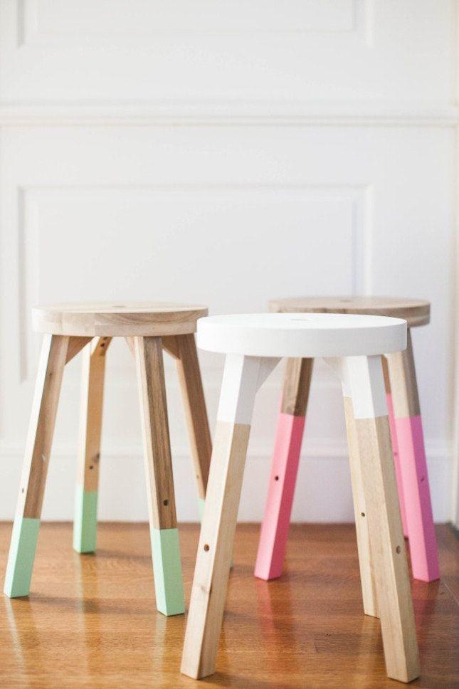 color dipped stools | Pinterest: Natalia Escaño