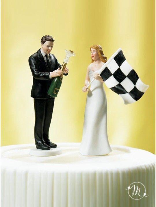 Cake topper sposi al traguardo. Impreziosisci la tua torta nuziale con questo divertente cake topper in fine porcellana dipinta a mano. Personalizzabile. Questo originale cake topper raffigura lo sposo che brinda alla vittoria e la sposa che esulta sventolando la bandiera a scacchi. Questo cake topper appartiene all'esclusiva collezione Weddingstar. Misure: h 14 cm. #caketopper #cake #topper #wedding #matrimonio #weddingideas #ideasforwedding #figurastartanuptcial #hochzeitcaketopper…