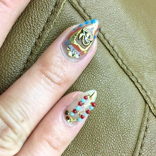 右手の薬指は#ホルスの目 👀✨ プクプク三角シールと合わせたこの感じお気に入り✨ #ピラミッド みたい△  #nail#selfnail #セルフネイル #goldnails #egyptnails #ウジャト眼#gelnail#nailart#実は手抜きネイル #珍しく左右同じ感じのネイルができた #自分の右手は難しい