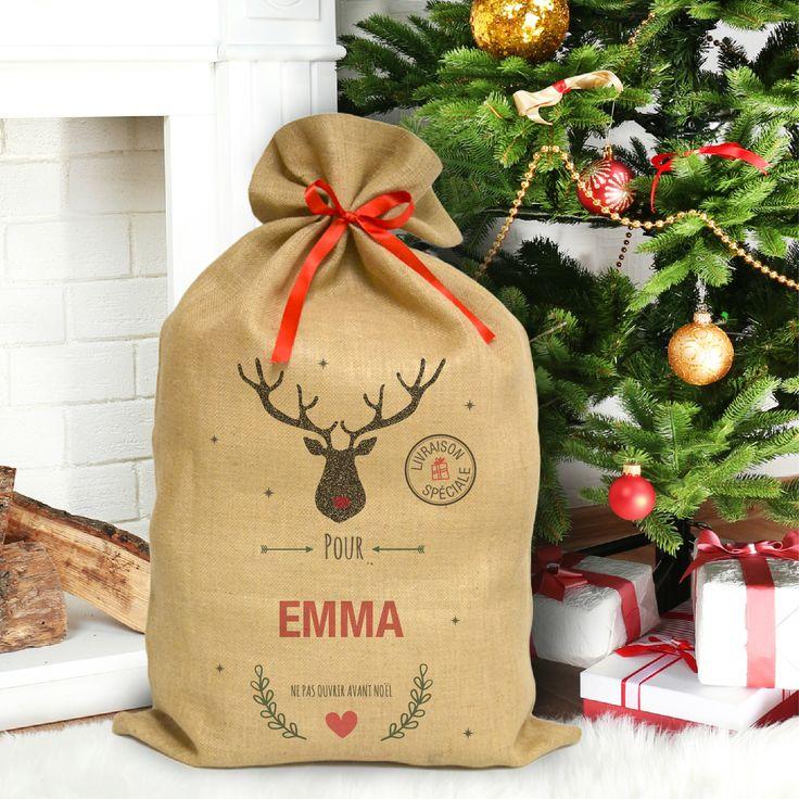 Le sac du père noël personnalisé au pied du sapin ! Parfait pour y glisser les petits et gros cadeaux.