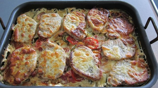 Koteletter i fad med grøntsager og kartofler