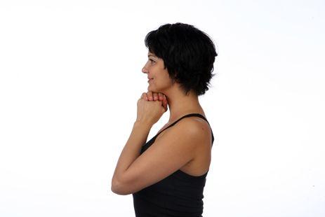 Упражнения как быстро убрать двойной подбородок :: 1.1 «Кулачки»   Сожмите левую руку в кулак, накройте ее правой и поставьте их под нижнюю челюсть, прижмите локти к груди. Надавите подбородком на руки и сопротивляйтесь руками, задержитесь на 1-2 секунды. Выполните 2 подхода по 10 повторов в медленном темпе.