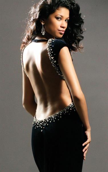 Черное платье с вырезом на спине с рукавом