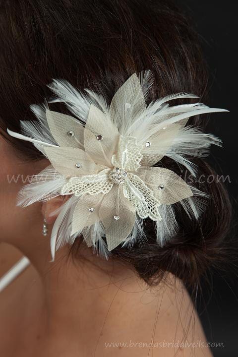 Este fascinador de flores hechos a mano se hace con encaje marfil, champagne rhinestone tocó pétalos rodeadas de suaves plumas marfil y está