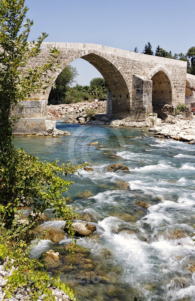 Antic Roman bridge over de Köprücay River, Serik, Antalya_ Turkey