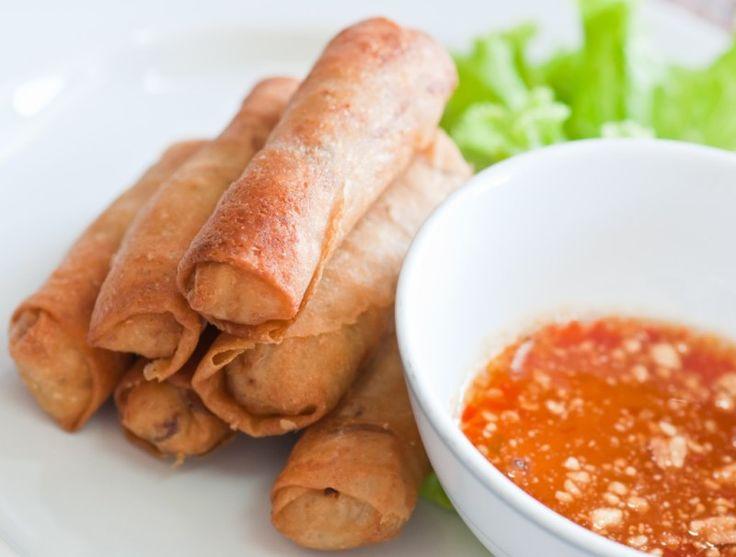 Thai-forårsruller (Poh Pia Tod) - Lav thai mad – Selvom forårsruller ikke er en del af det oprindelige thailandske køkken, så er de forårsrullerne, som flere andre retter, blevet en fast del af thai køkkenet. De er dog ikke en del af gadekøkkenet, men de findes på stort set alle resturanter. Forårsruller i Thailand er mindre end dem vi tit får i Danmark... #bønnespirer #chili #fiskesovs