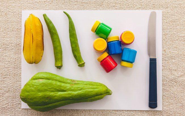 Técnica 'Feira': você vai precisar de legumes e frutas (pode ser chuchu, quiabo ou carambola, por exemplo), faca, tinta guache e papel sulfite. Foto: Edu Cesar