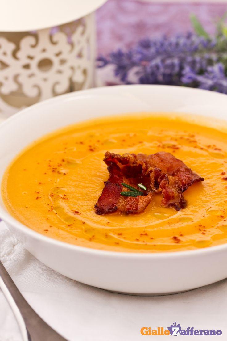 La #vellutata di #patate #dolci e #pancetta croccante (cream of sweet #potato #soup with crispy #bacon) è un primo piatto gustoso reso saporito dall'aggiunta di croccanti fettine di pancetta rosolate in padella. #ricetta #Giallozafferano #zuppa #recipe