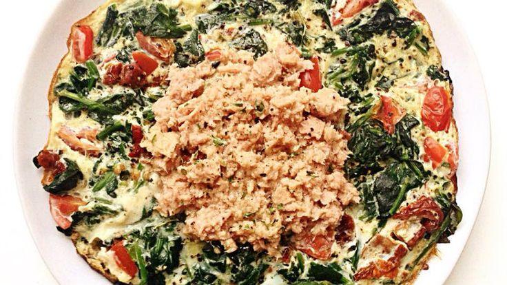 Zin in makkelijk en snel (avond)eten? Dan is een frittata ideaal. Het is vullend en gezond! Ingrediënten voor 1 persoon: 2 eieren 200 gr spinazie 4 tomaten 3 zongedroogde tomaten 80 gr tonijn, uit blik Peper, zout, knoflook en peterselie naar smaak Kokosolie, om in te bakken Breek de eieren en kluts ze door elkaar. …