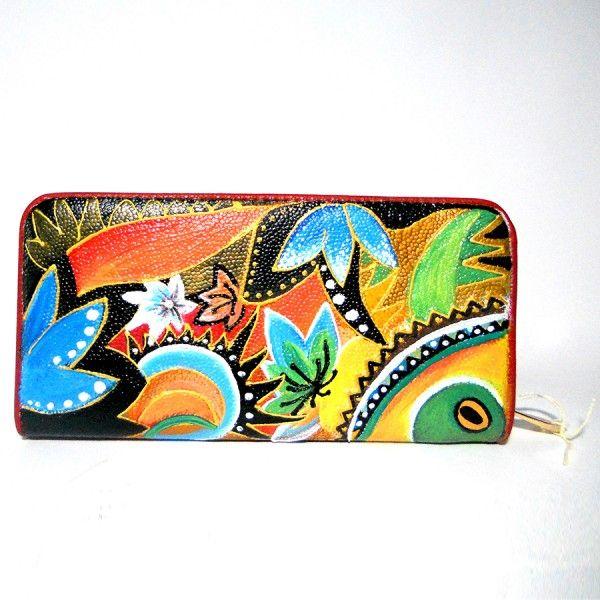 Po38 Portafoglio in pelle dipinto a mano AMAZONIA  95.00€  Portafogli in pelle dipinto a mano, AMAZZONIA, un coloratissimo portafogli dipinto a mano che riprende i vivaci colori dell'Amazzonia. Predominanti il verde e il giallo su portafogli in pelle color rosso. Il portafogli è lungo 20 cm e ha un'altezza di 10 cm. Il modello è a zip centrale con vari scomparti all'interno porta carte di credito. Una zip più piccola poi per le monete