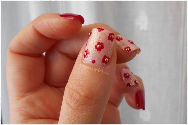 Manicura de flores en nude y rojo con detalles metalizados