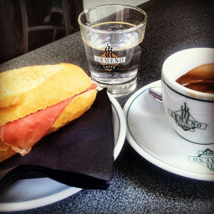 questa la #colazione di questa mattina, la città si stava ancora svegliando. Eppure attorno avevo una bella atmosfera, divertente. Musica dei #Buena Vista Social #Club, da #H scaricavano nuovi capi, accanto due ragazze orientali. Leggevo il #FinancialTimes dietro i miei occhiali da sole. E adesso cammino per #Venezia, seguendo #CortoMaltese in una #Favola nella laguna. #storytelling #viaggiare #glocal #foodie #faresperienze