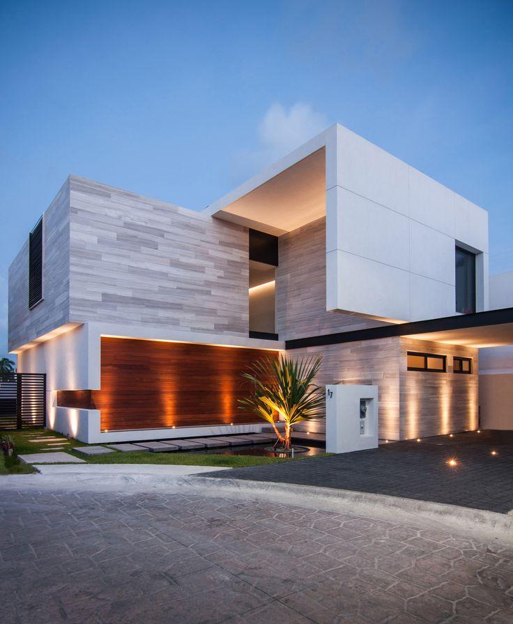 Construido por TAFF Arquitectos en Cancún, Mexico con fecha 2014. Imagenes por Wacho Espinosa. Casa Paracaima está diseñada para una familia de tres integrantes en crecimiento, donde sus necesidades eran específi...