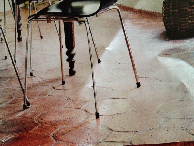 Если в Вашей гостиной тёмный деревянный #пол, а на кухне белая плитка, это может стать резким переходом для энергии и заблокировать ...