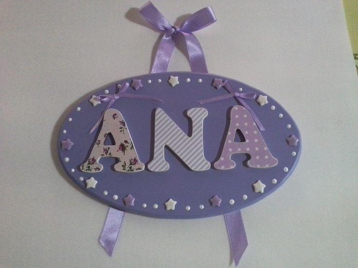 Cartel para el cuarto con estrellitas y las letras con papeles decorados aplicados. Cintas y demás en tonos de lilas