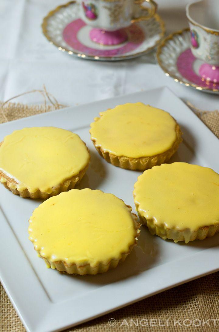 Het recept van roze koeken tover je om in paaskoeken door geel glazuur te maken in plaats van roze. Maak voor de gele koeken sinaasappelsapglazuur.