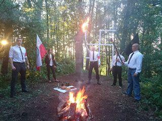 Naziole w sądzie   Pojadę z grubej rury. Jakim niedouczonym idiotą trzeba być żeby nie odróżniać swastyki od swarożycy? Jak głęboko trzeba zaszyć się w swojej ignorancji żeby nie widzieć co robią środowiska nacjonalistyczne i faszystowskie w Polsce? Bo wiemy ze prokuratorzy nie muszą być asami w zakresie symboliki znaczenia kontekstów i historii. Nie muszą. Ale dlatego maja uprawnienia do szukania wsparcia powoływania biegłych czy zamawiania ekspertyz. Antropologicznych socjologicznych…