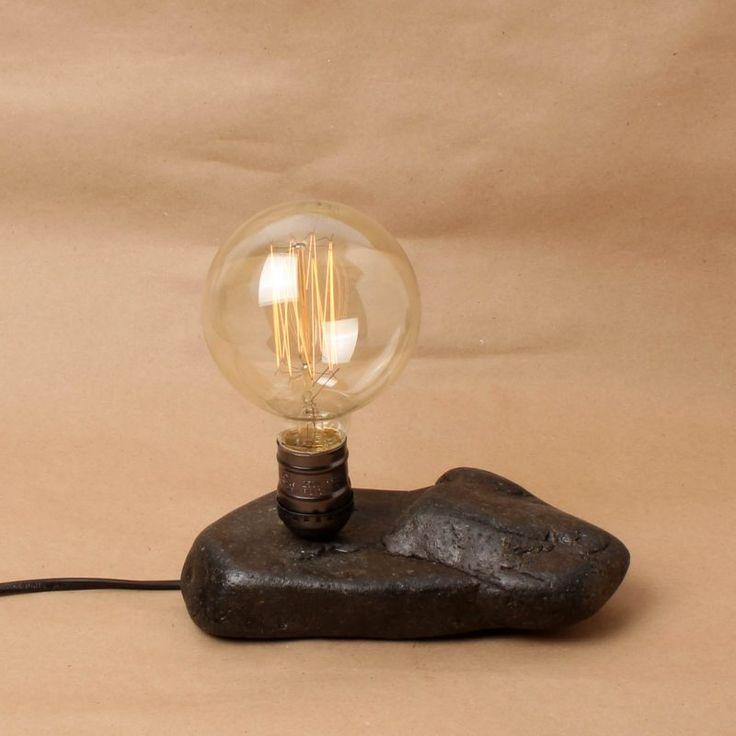 Deniz kıyısından toplanan taştan el yapımı masa lambası  Taşın şekli, desenleri ve rengi doğaldır, boya kullanılmamış, herhangi bir şekillendirme yapılmamıştır.  Taşa koruma amaçlı olarak cila sürülmüştür.  Edison ya da rustik olarak nitelenen kendine has şekilli, flamanlı ampulle birlikte satılmaktadır. Işığın gücünü dilediğiniz gibi  ayarlayabilmeniz için dimmerli bir kablo kullanılmıştır.