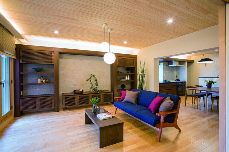 22帖のLDK。樺桜のフローリング、珪藻土の壁、桧板貼りの天井、自然素材に包まれた空間です。無垢材をふんだんに使ったリビングボードの壁面は自然石で仕上げました。|インテリア|ダイニング|ナチュラル|コーディネート|デザイン|おしゃれ|テーブル|モダン|飾り棚|リフォーム・リノベーション|
