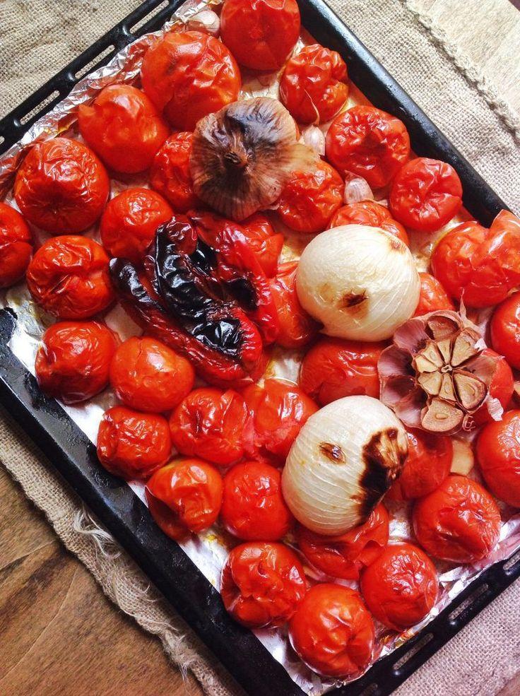 Tomates asados con cebolla, pimiento y ajo para hacer salsa de tomate casera. Receta paso a paso.
