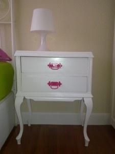 Mesilla restaurada, pintura blanca y rosa, dale vida a tu dormitorio!