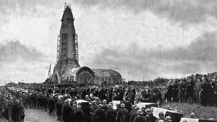 Le 7 août 1932, le président de la République Albert Lebrun inaugure officiellement l'ossuaire de Douaumont. La nécropole réunit les dépouilles de 16.000 soldats et les ossements de 130.000 soldats français et allemands. 122 villes de France et 18 à l'étranger ont contribué à financer ce monument.