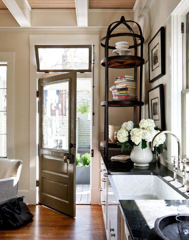 キッチンに裏手に出れるドアがあるのっていいな。ハーブとか家庭菜園をそこでやれば便利だし。^^