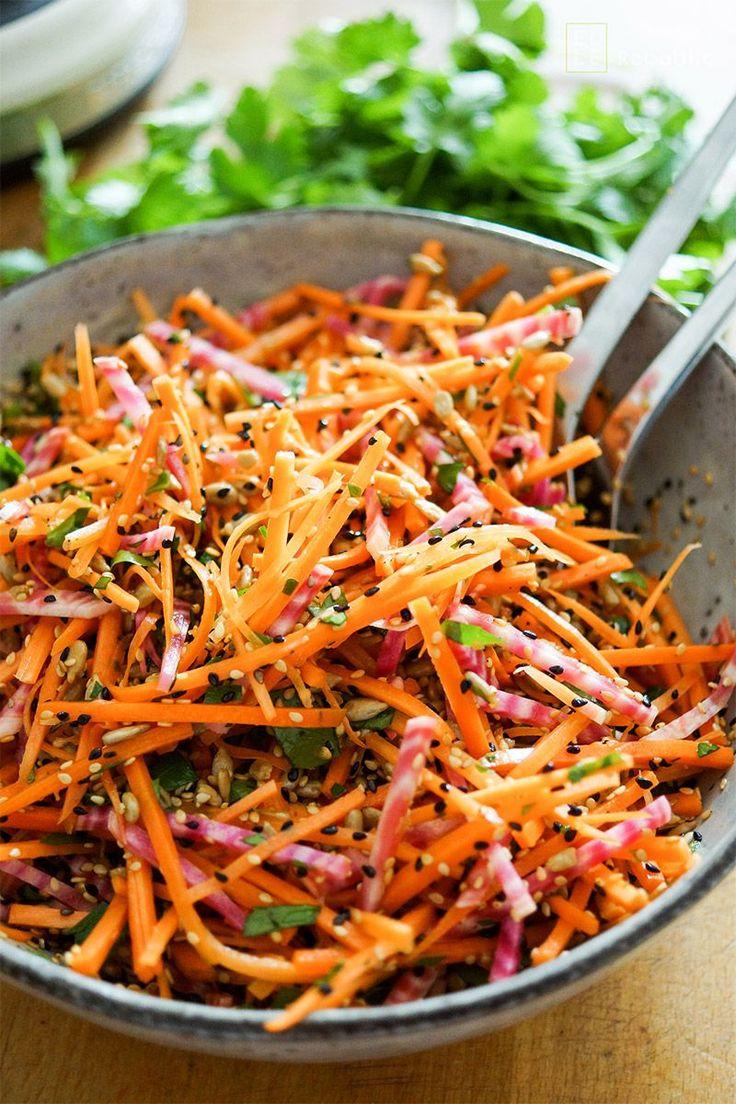 Super gesunden Karottensalat mit Ringelbete und knusprigen Sonnenblumenkernen, Sesamsamen und Schwarzkümmelsamen. Der Rohkost Salat ist voller Vitamine und Antioxidantien, low-fat,  low-carb und schmeckt super. Ich empfehle ihn auch für die anstehende Grill- und Picknick-Saison. Und wenn Ihr noch was übrig habt, könnt Ihr die Reste auch gut am nächsten Tag essen. Gesunde, einfache Rezepte Elle Republic