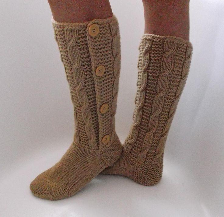 Lenošení s velbloudem Originální, ručně pletené vysoké ponožky, téměř podkolenky ze 100% jemného akrylu. Kombinace copánkového a plastického vzoru mírně pruží, takže ponožky neškrtí, ale nesjíždí. Knoflíky se mohou při obouvání rozepnout Velikost 38 - 39, výška 30 cm Knoflíky dle aktuální nabídky