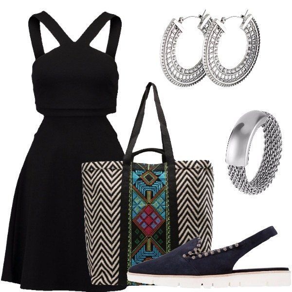 Outfit composto da vestito nero con oblò sui fianchi, shopping bag multifantasia, scarpe basse a punta con tallone scoperto e pietre, orecchini a cerchio e anello in acciaio.