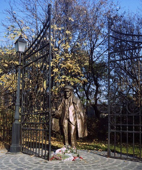 Lenin a Posta parkban. Ledöntötték szerencsére