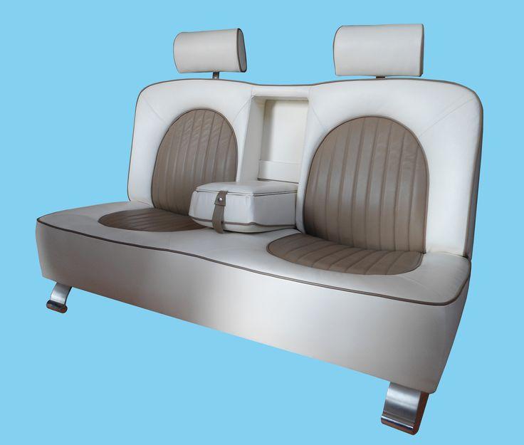 Divano di design a forma di sedile di automobile completo di poggia testa e bracciolo centrale. Realizzato da Arredamenti Carbone Chiavari
