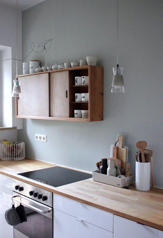 Salbeigrüne Wand // weiße Küche // Holzarbeitsp…