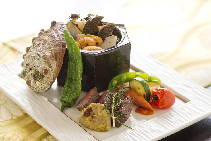よくばり海の幸と山の幸の両方を味わう贅沢な一品。当館の基本コース「雅膳」の中の料理を、海と山の幸の料理にグレードアップ。