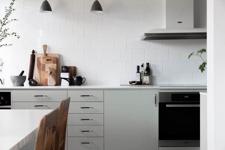 Kök i modern retrostil med kvalitativa vitvaror från Miele. KÖKSLUCKA: Solid lindblomsgrön | Ballingslöv