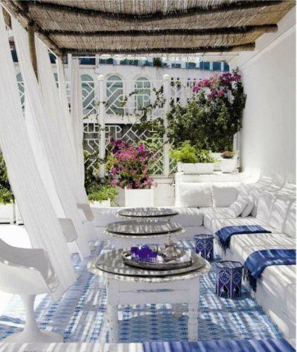 Οι Κυκλάδες αποτελούν το πιο δημοφιλή καλοκαιρινό προορισμό. Λευκά σπίτια, θέα στο μπλε του Αιγαίου, φούξια και μοβ βουκαμβίλιες, γαλάζια παραθυρόφυλλ...